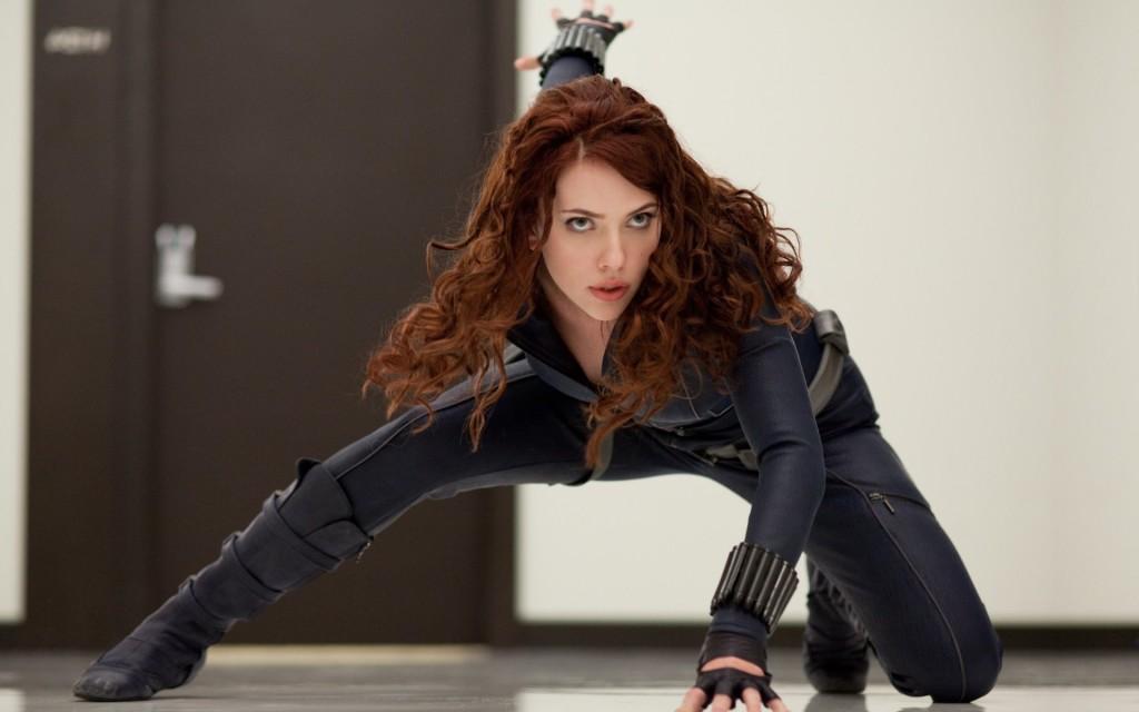 Black Widow, incarnée par Scarlett Johansson, très impliquée dans les scènes physiques de son personnage. Ici, mimant une séance de pétanque avec des amis du SHIELD.