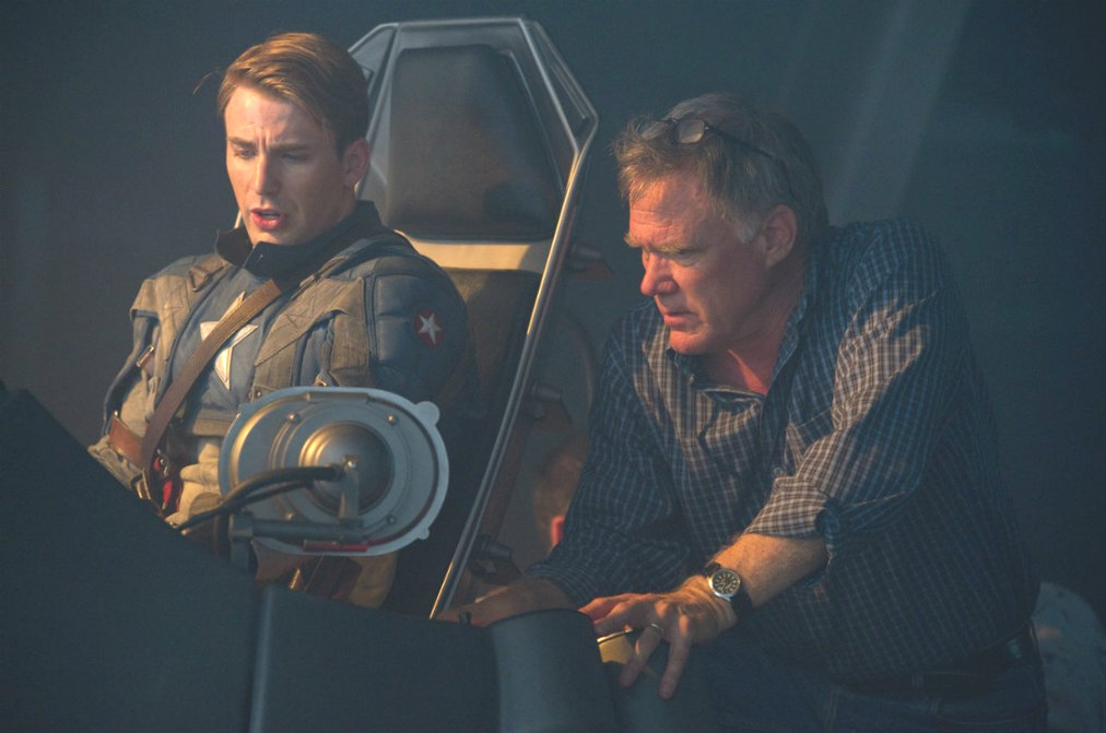 Joe Johnston (à droite) expliquant à Chris Evans comment crasher un avion dans l'océan.