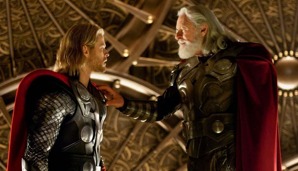 Anthony Hopkins réglant l'autoradio du costume de Chris Hemsworth.
