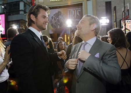 Chris Hemsworth commentant l'élégance de la cravate de Kenneth Branagh.