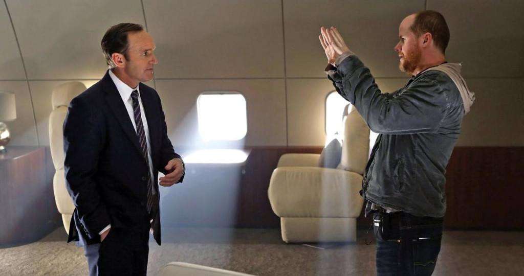 Joss Whedon (à droite) conjurant un sort de résurrection sur l'agent Coulson.