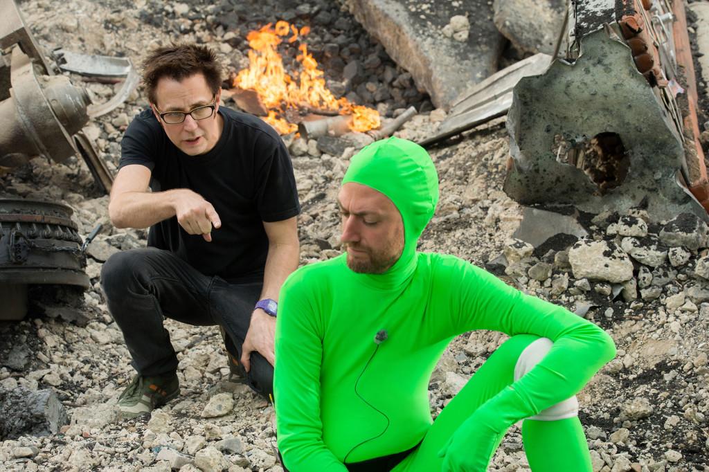 James Gunn (à gauche) avec son frangin Sean, tout de vert vêtu pour donner la réplique en lieu et place du Rocket Raccoon qui sera intégré en post-production.