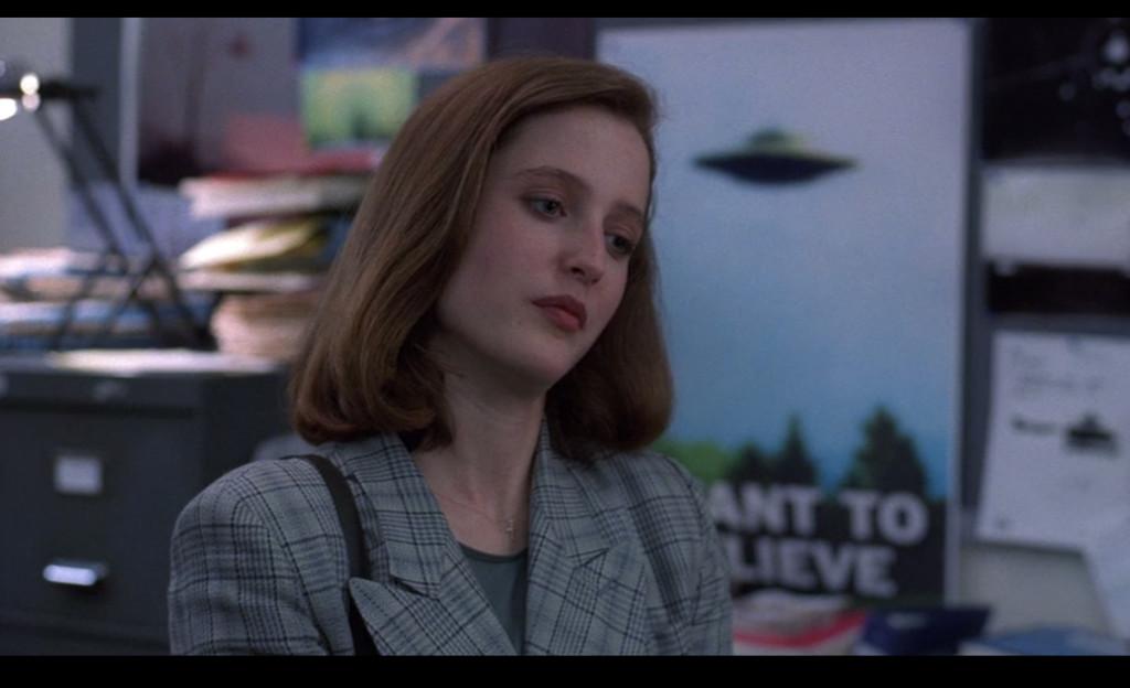"""Docteur en médecine et agent du FBI, la demoiselle se voit recrutée pour écrire des rapports sur la validité des """"X-Files"""" en prenant une approche scientifique."""